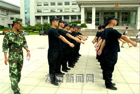 市机关事务管理局等邀请武警教官对全体安保人员进行军事化训练